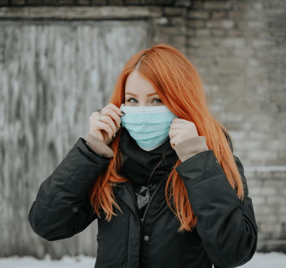 Jeune femme rousse avec masque